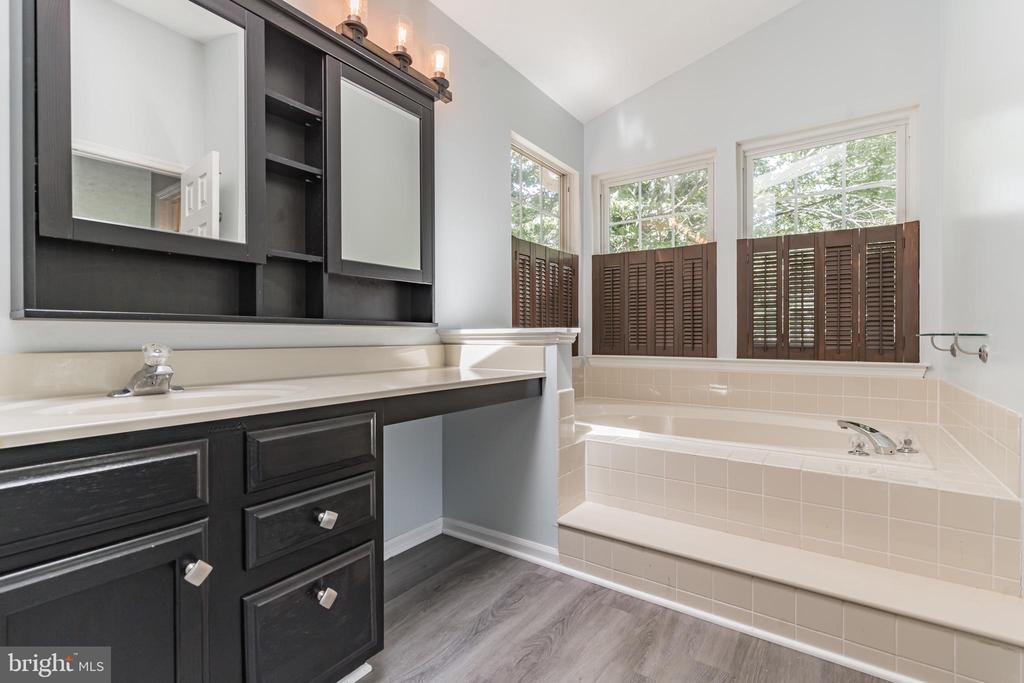 Elegant vanity in owner's bath - 6 LEE CT, STAFFORD