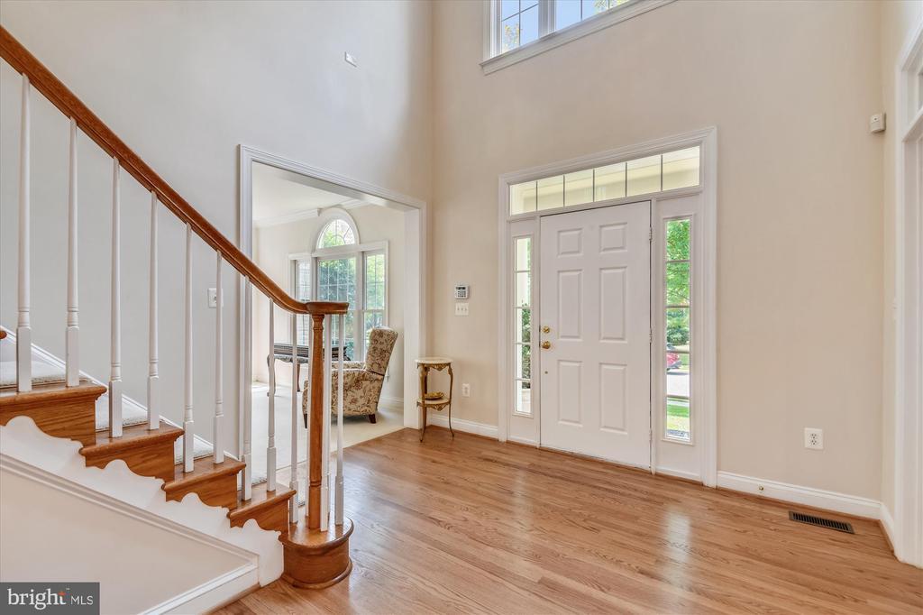 Enter into this 2 story Foyer w/Gleaming Hardwoods - 8043 WINSTEAD MANOR LN, LORTON