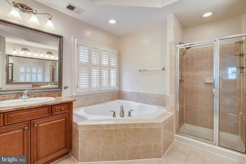 Master Bath w/Dual Vanities, Garden Tub, Shower - 8043 WINSTEAD MANOR LN, LORTON