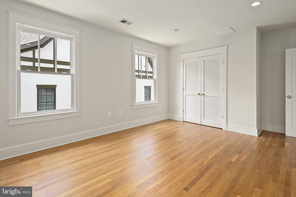 Second bedroom on upper level - 1611 N BRYAN ST, ARLINGTON