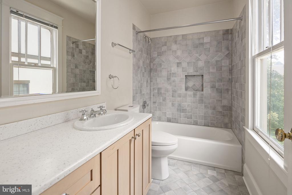 Full bathroom en suite with third bedroom - 1611 N BRYAN ST, ARLINGTON