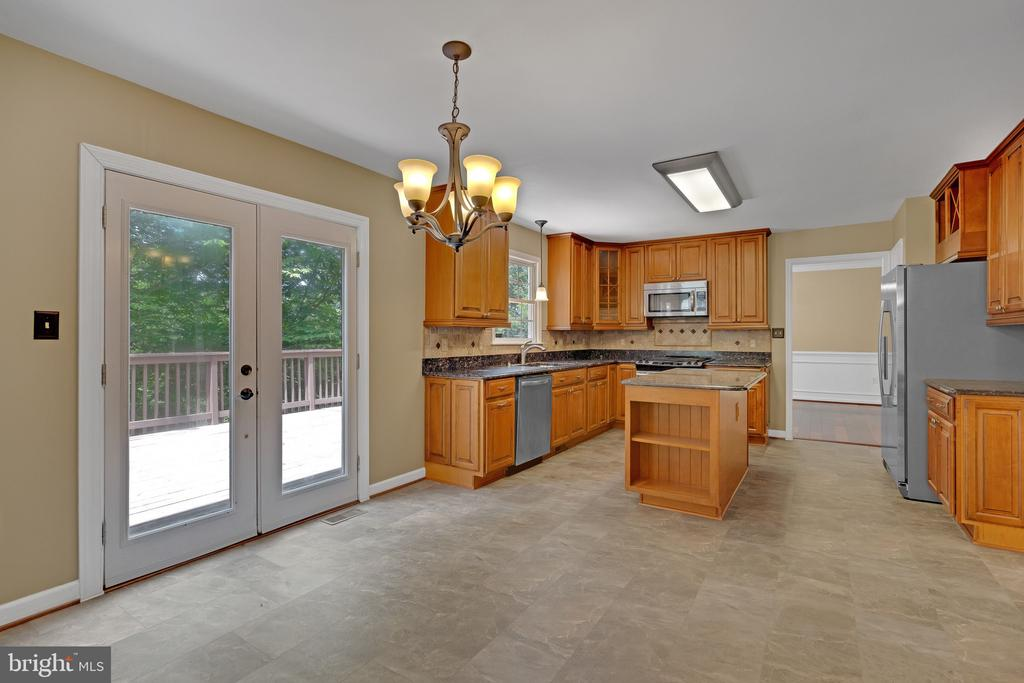 Light filled eat-in kitchen - 135 BRUSH EVERARD CT, STAFFORD