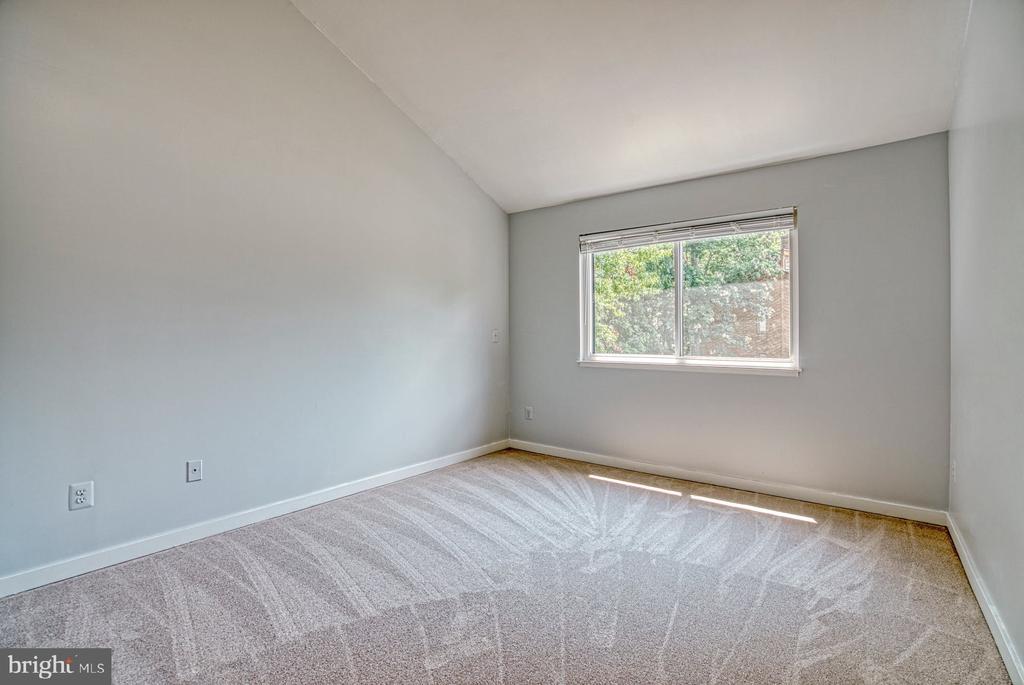 Bedroom #3 has views to front yard - 2211 CEDAR COVE CT, RESTON
