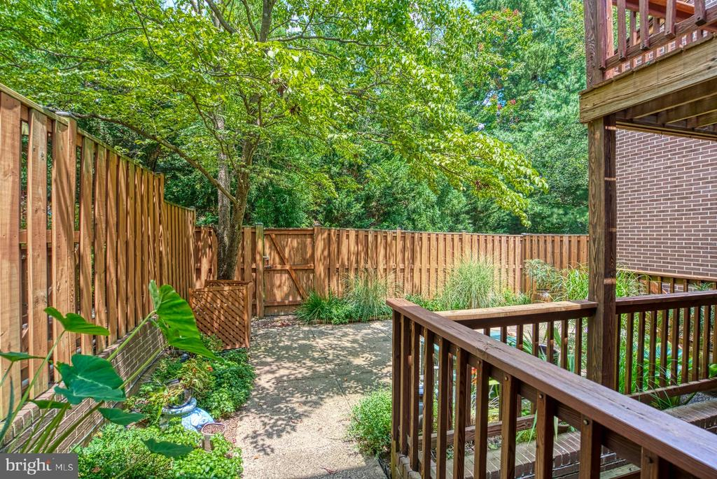 Backyard is completely fenced - 2211 CEDAR COVE CT, RESTON