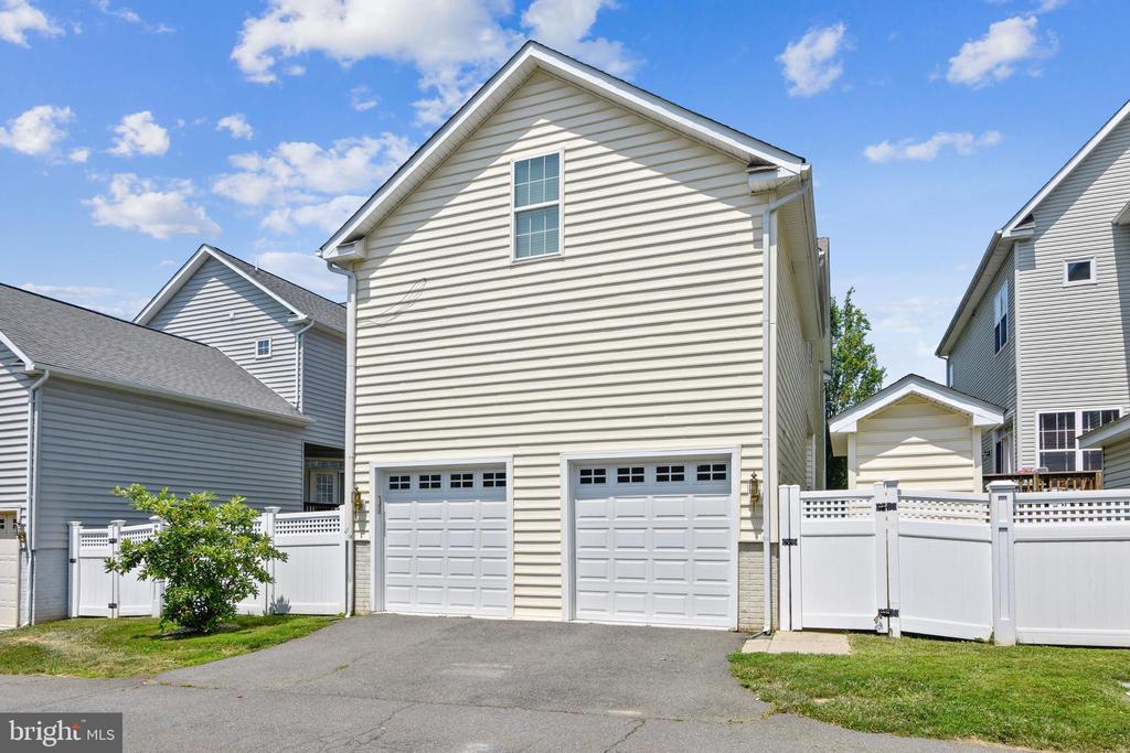 2 car garage with storage - 17451 LETHRIDGE CIR, ROUND HILL