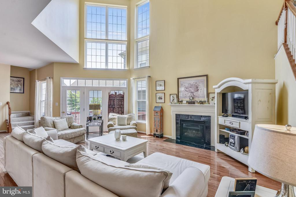 Two story Family room with gas fireplace - 17451 LETHRIDGE CIR, ROUND HILL