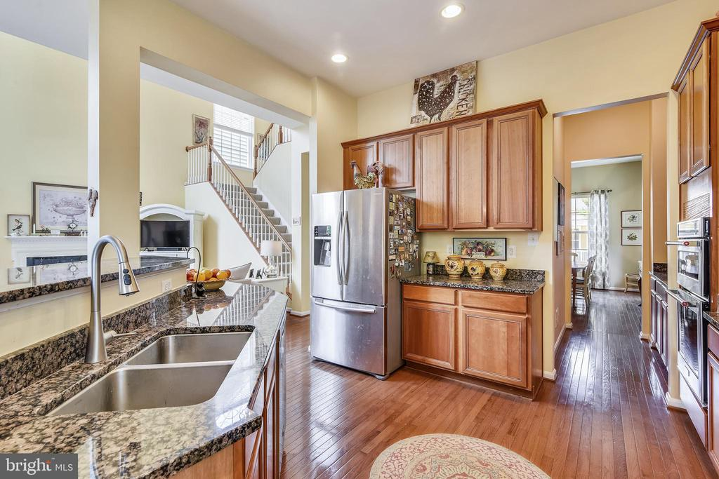 Gourmet kitchen with island and granite counters - 17451 LETHRIDGE CIR, ROUND HILL