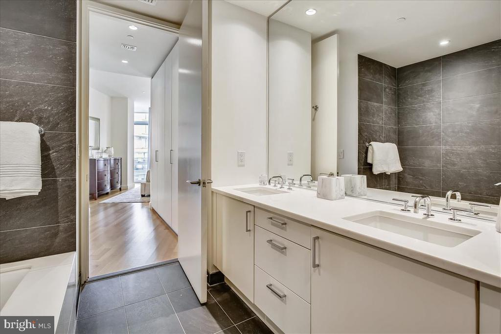 Primary bathroom and dressing room - 1177 22ND ST NW #4M, WASHINGTON