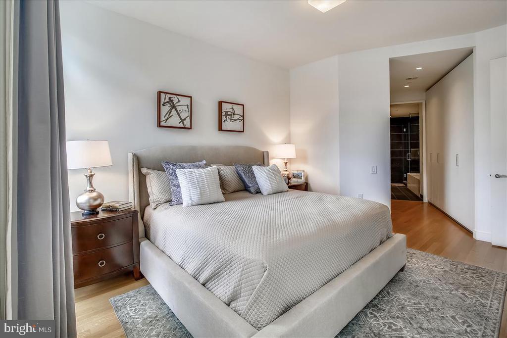 Primary bedroom with en suite bathroom. - 1177 22ND ST NW #4M, WASHINGTON