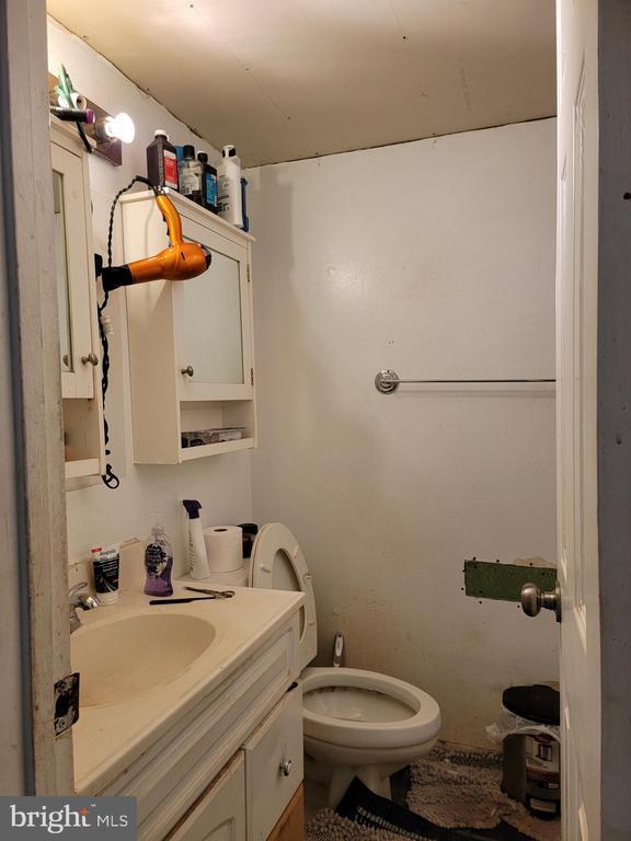 Main level bathroom - 9204 DOUGLAS ST, MANASSAS