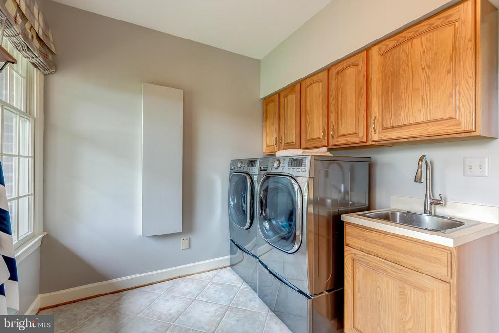 oversized laundry w/wash tub/ - 22606 HILLSIDE CIR, LEESBURG