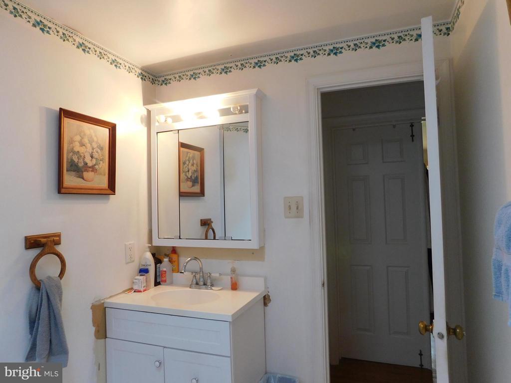 Hall Bath - 239 KIMBLE RD, BERRYVILLE