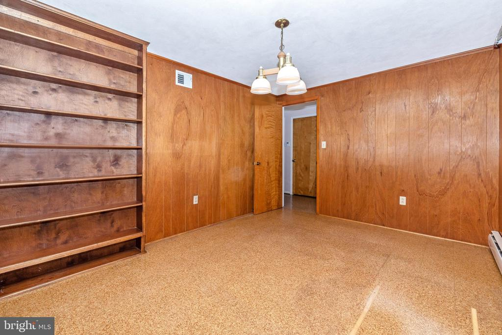Potential bedroom across from the full bath - 703 WYNGATE DR, FREDERICK