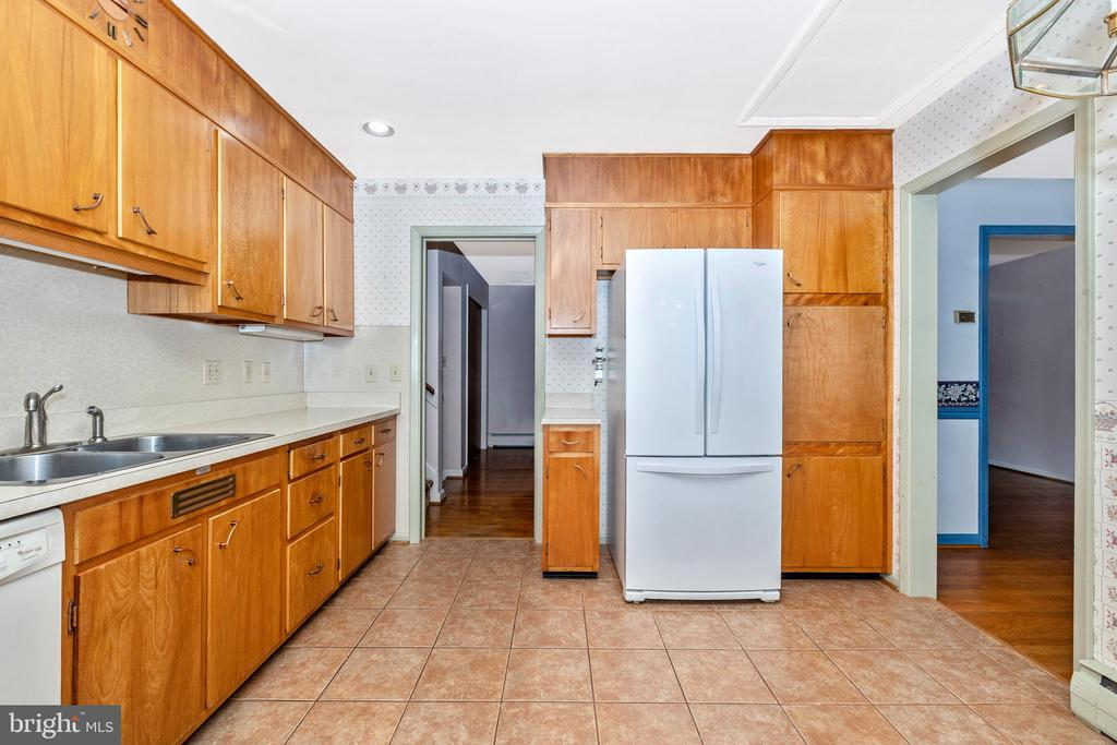 The kitchen features a pantry - 703 WYNGATE DR, FREDERICK