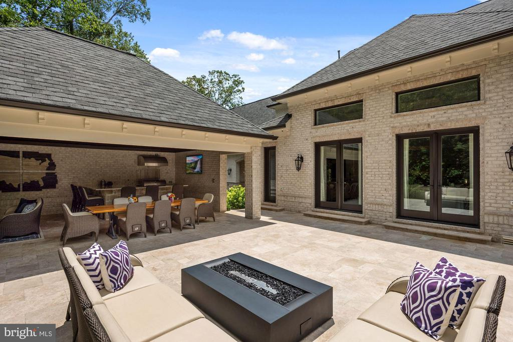 Travertine Patio with Outdoor Entertaining Space - 22436 MADISON HILL PL, LEESBURG