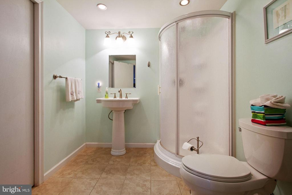 Basement Full Bathroom - 4821 REGIMENT CT, WOODBRIDGE