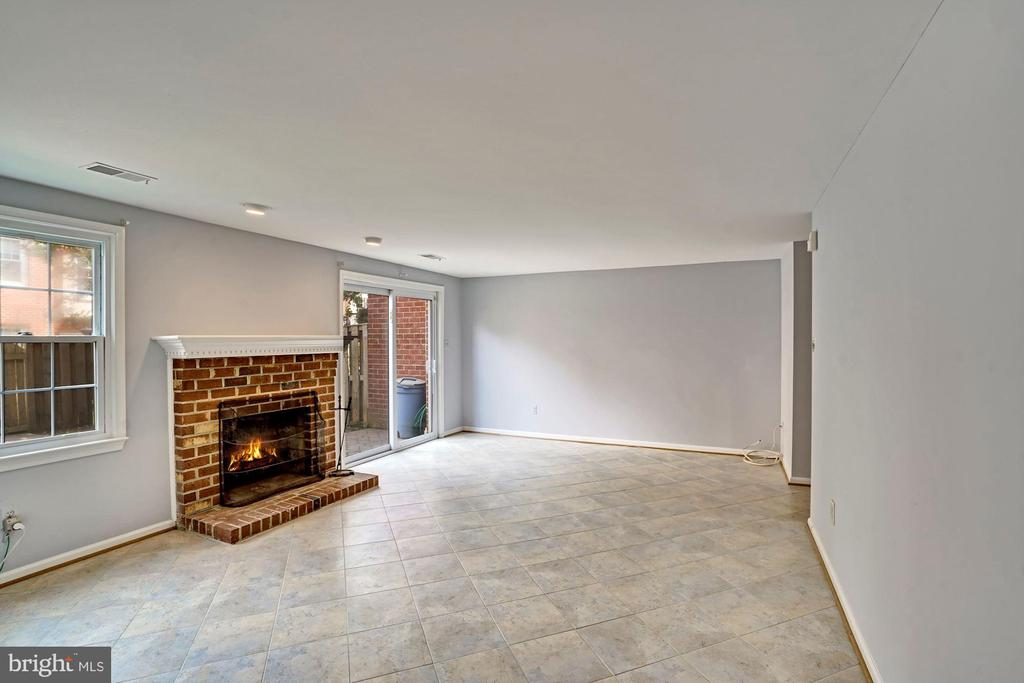 Enjoy the wood burning fire place in the winters. - 10133 VILLAGE KNOLLS CT, OAKTON