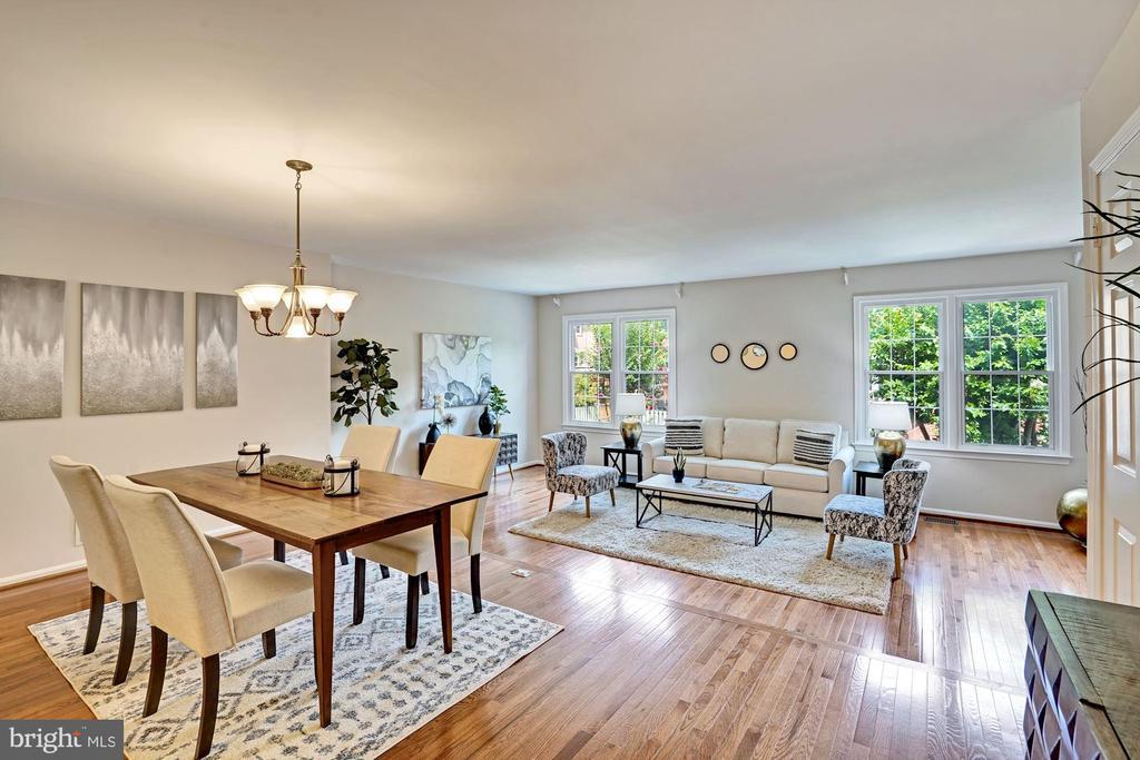 Beautiful & open dining/living space. - 10133 VILLAGE KNOLLS CT, OAKTON