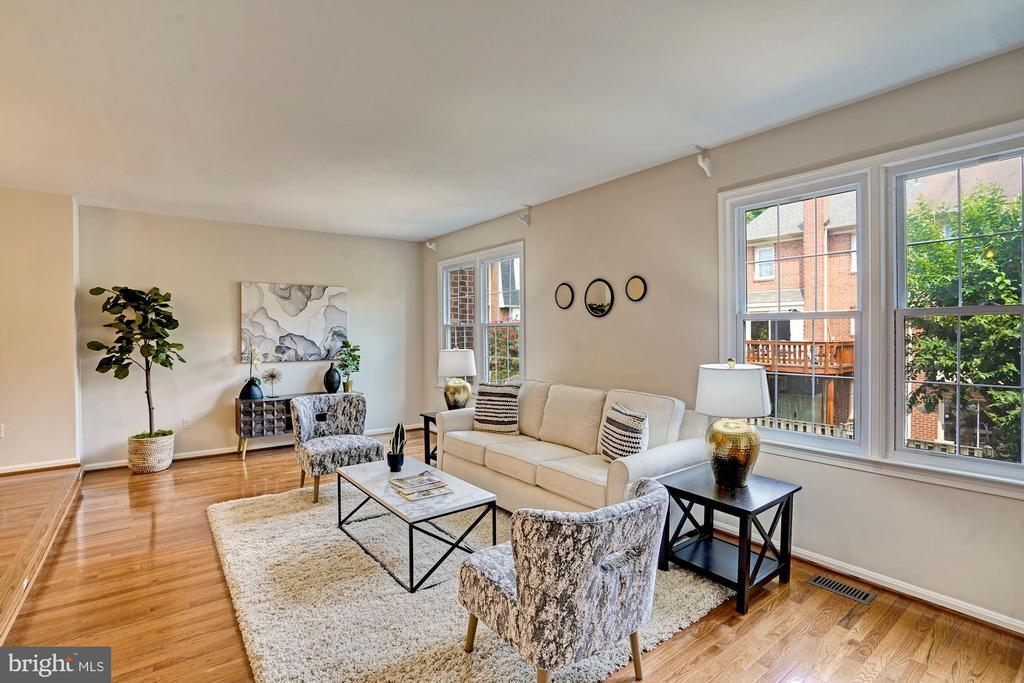 Large living room with tons of natural light. - 10133 VILLAGE KNOLLS CT, OAKTON