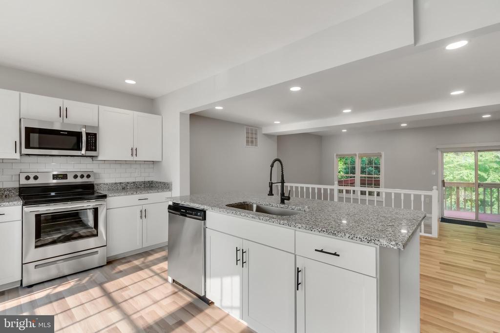 Kitchen with Island - 11572 OVERLEIGH DR, WOODBRIDGE