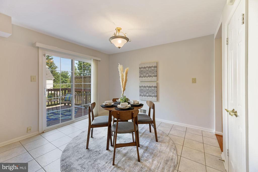 Eat-In Kitchen Space for Casual Dining! - 8009 MERRY OAKS LN, VIENNA