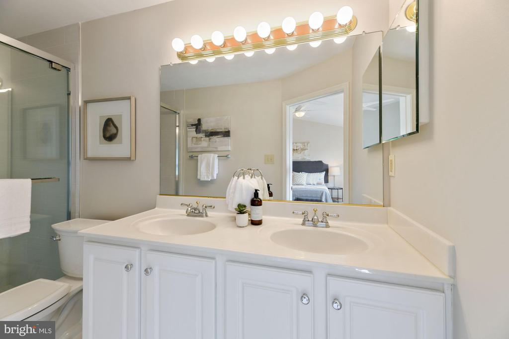Primary Bathroom - Recently Renovated - 8009 MERRY OAKS LN, VIENNA