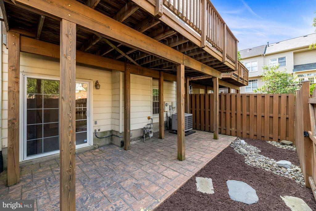 Beautifully Maintained Patio + Back Yard of Home - 8009 MERRY OAKS LN, VIENNA