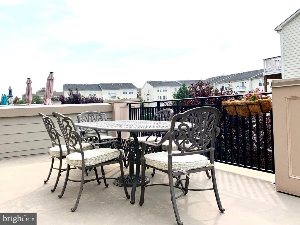 Main level outdoor terrace - dining area - 19383 NEWTON PASS SQ #R06V, LEESBURG