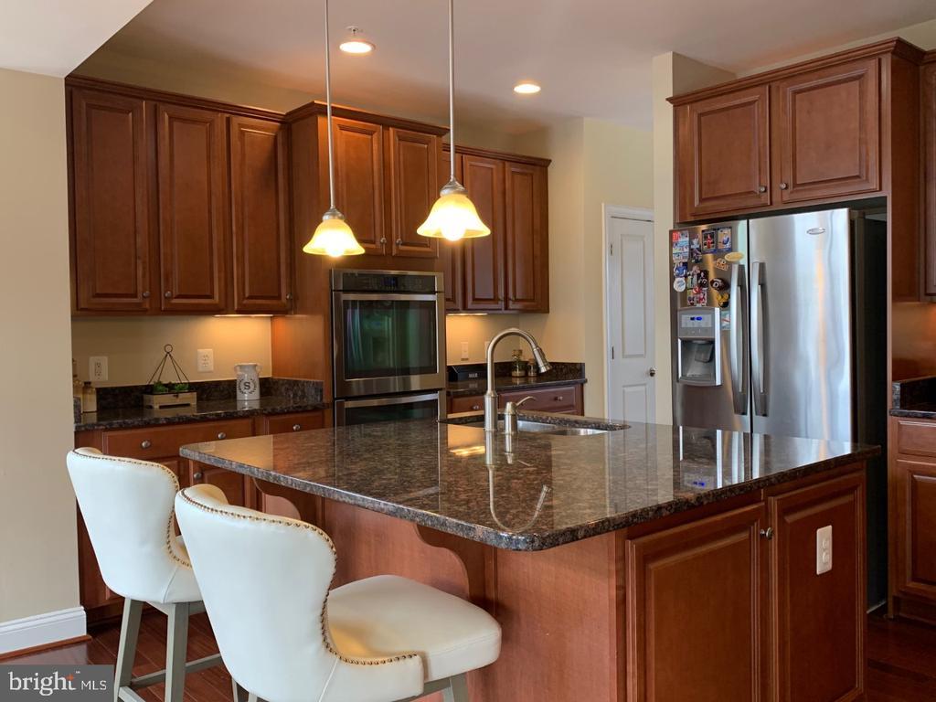Large kitchen island with granite - 19383 NEWTON PASS SQ #R06V, LEESBURG