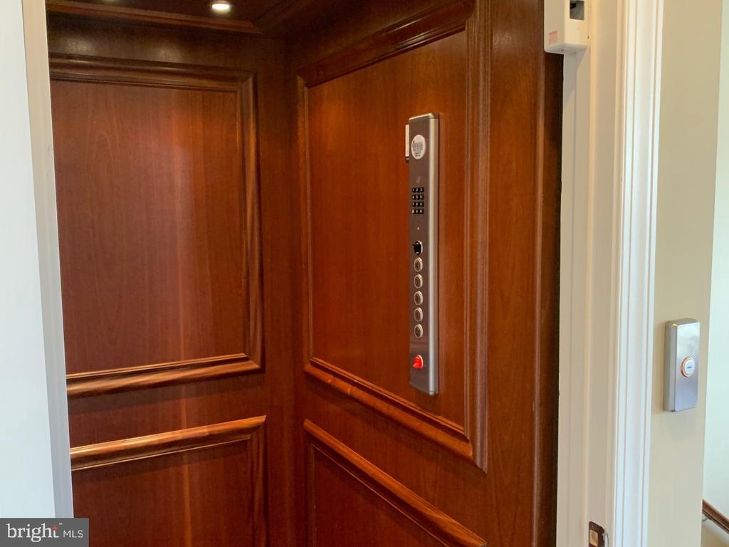 Full house ELEVATOR - one of a kind - 19383 NEWTON PASS SQ #R06V, LEESBURG