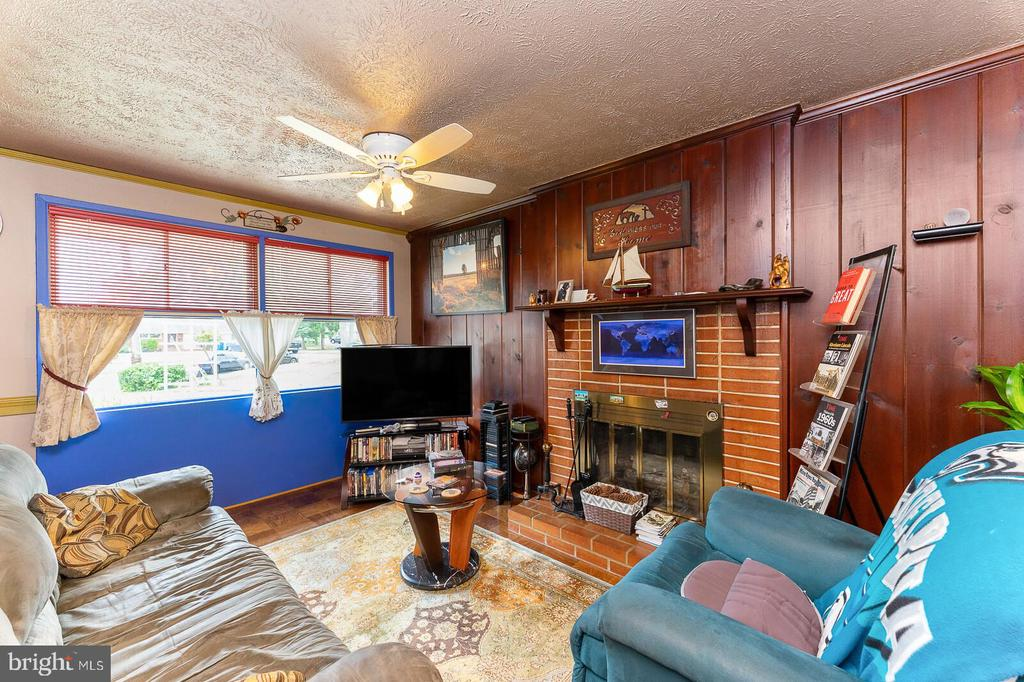 Living room with large window. - 4800 FLOWER LN, ALEXANDRIA