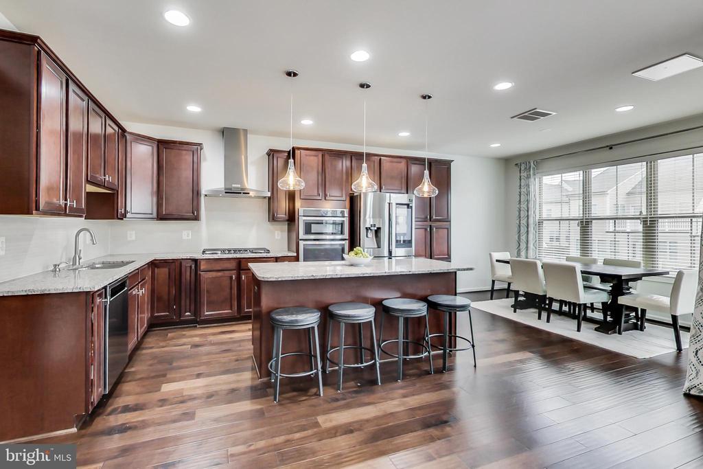 Beautiful gourmet kitchen w/pendant & recessed lts - 23636 SAILFISH SQ, BRAMBLETON