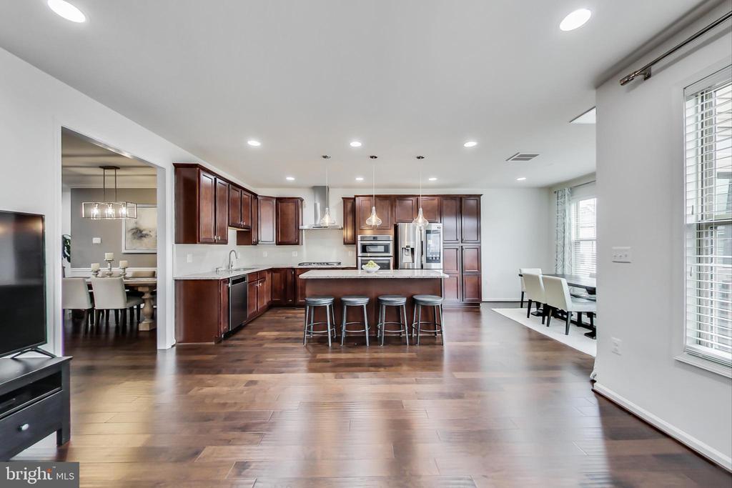 Gourmet kitchen open to family room - 23636 SAILFISH SQ, BRAMBLETON