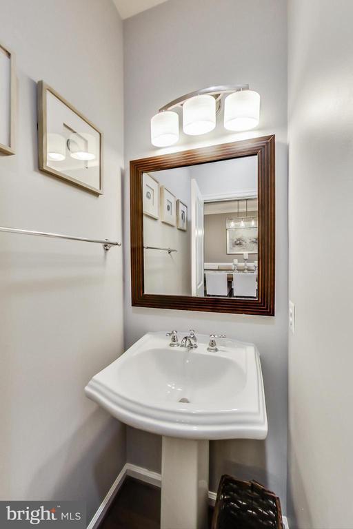 Main level half bath - 23636 SAILFISH SQ, BRAMBLETON