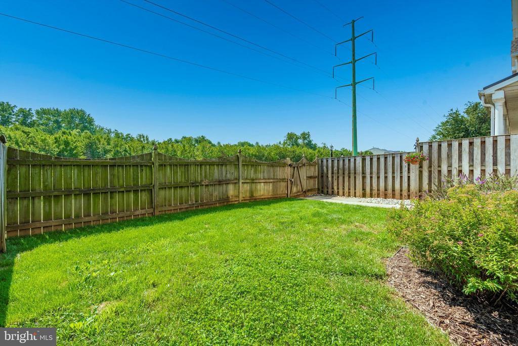 fenced side yard - 5188 DUKE CT, FREDERICK