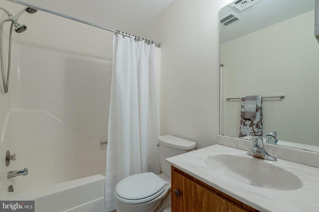 Upstairs Hall Bath - 1534 YOUNGS POINT PL, HERNDON