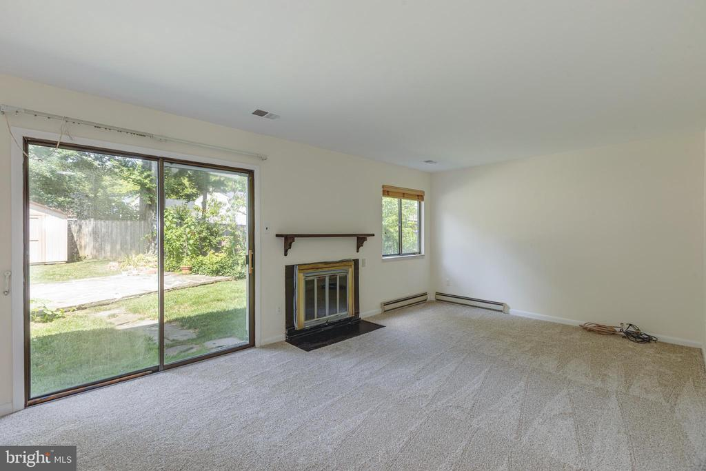 Family room with fireplace - 1534 YOUNGS POINT PL, HERNDON