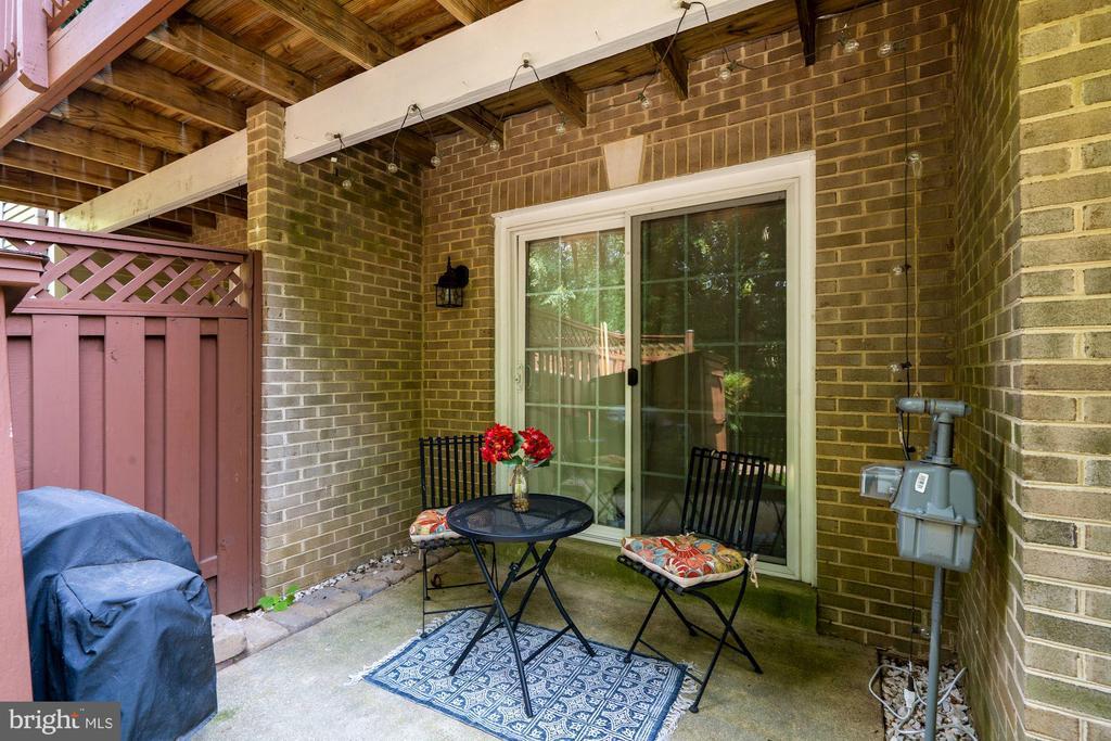 Side patio with shed - 11736 ROCKAWAY LN #101, FAIRFAX