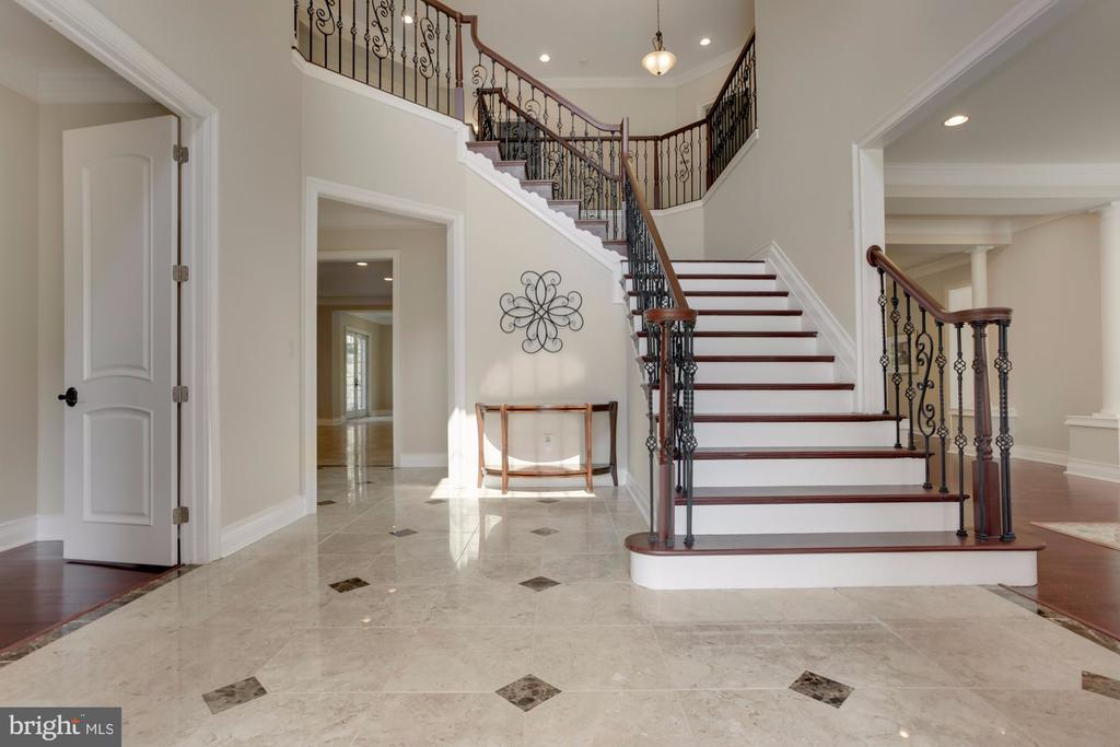 Imagine the PHOTOS on this staircase! - 11400 ALESSI DR, MANASSAS