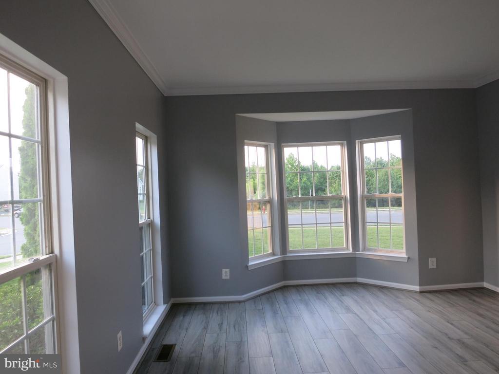 Living room with bay window - 11139 EAGLE CT, BEALETON