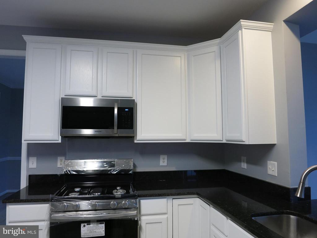 Open and light filled kitchen - 11139 EAGLE CT, BEALETON