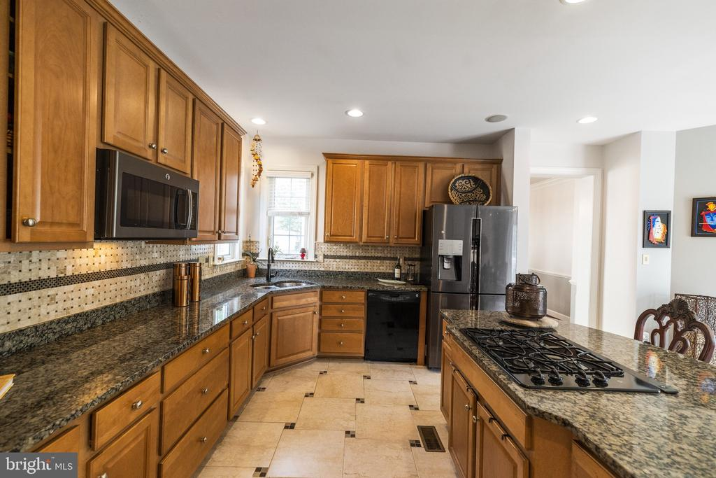 So Much COunter space with Heavy Down Draft Cookto - 23084 PECOS LN, BRAMBLETON