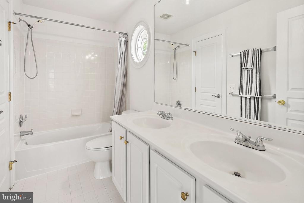 Upper level full bathroom - 2792 MARSHALL LAKE DR, OAKTON
