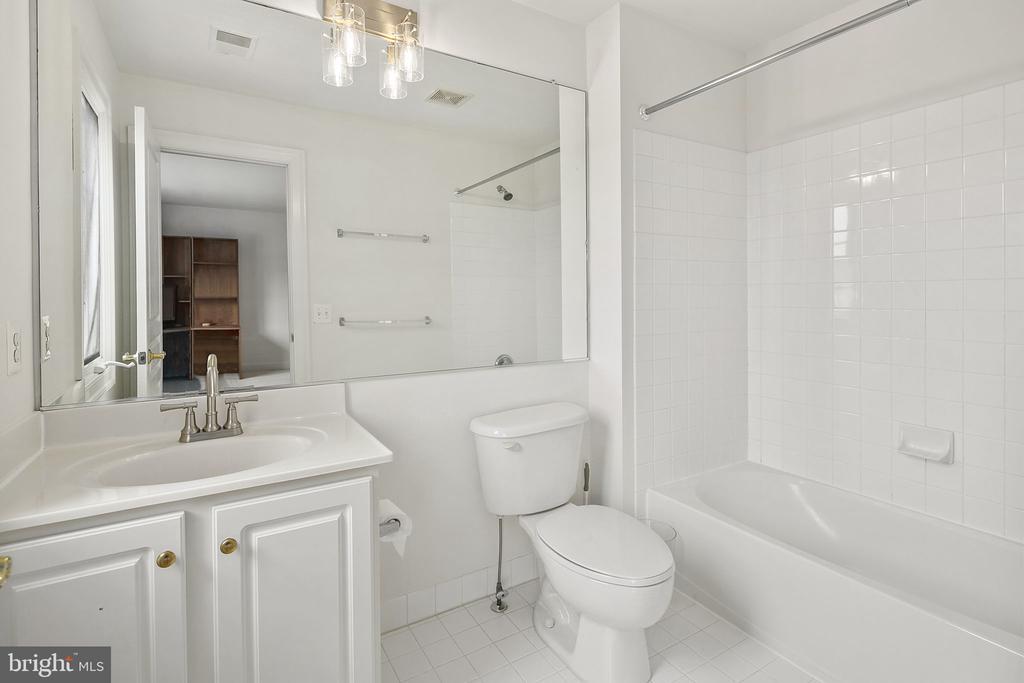 En suite full bathroom - 2792 MARSHALL LAKE DR, OAKTON