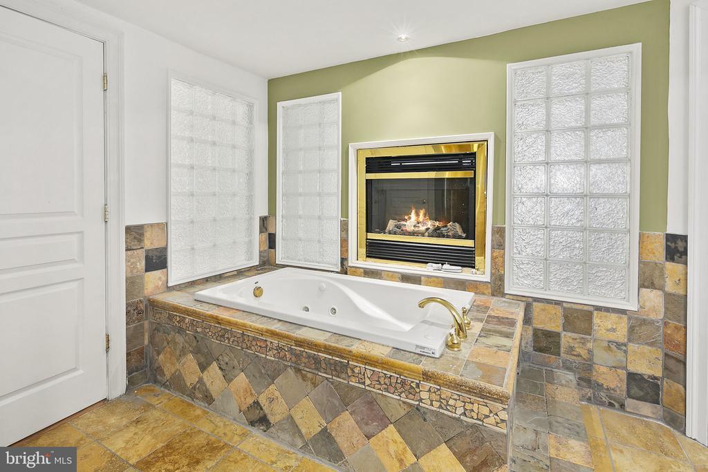 Soaking tub, gas fireplace - 2792 MARSHALL LAKE DR, OAKTON