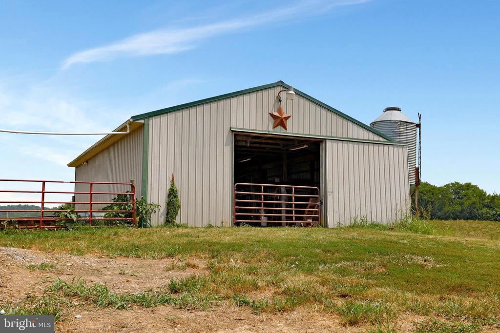 ...wash stall, track area, metal roof & gutters. - 857 MT HAMMOND, CHARLES TOWN
