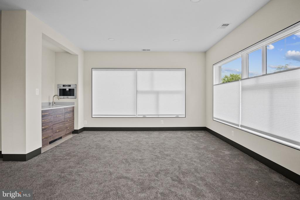 Owner�s bedroom seating area - 1120 GUILFORD CT, MCLEAN