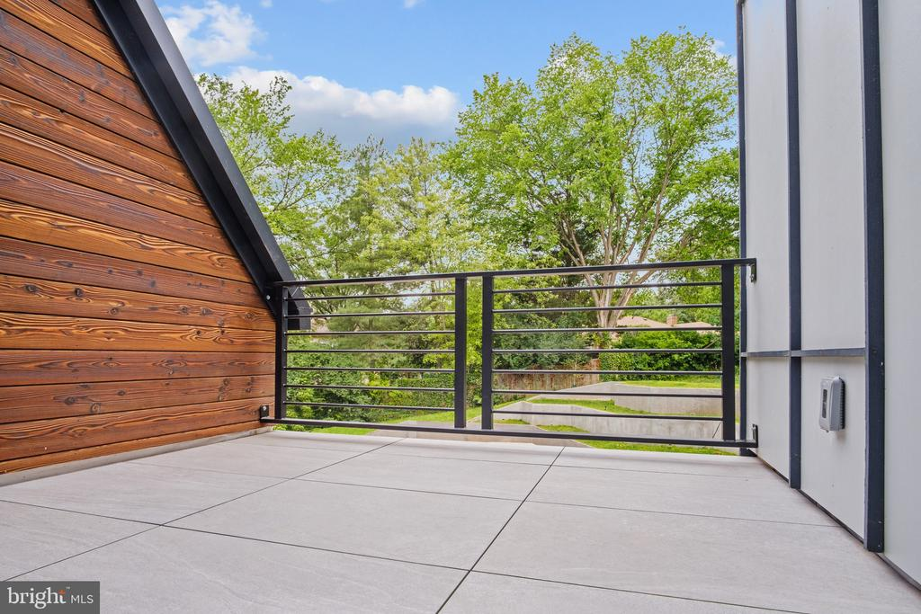 Porcelain pavers balcony - 1120 GUILFORD CT, MCLEAN