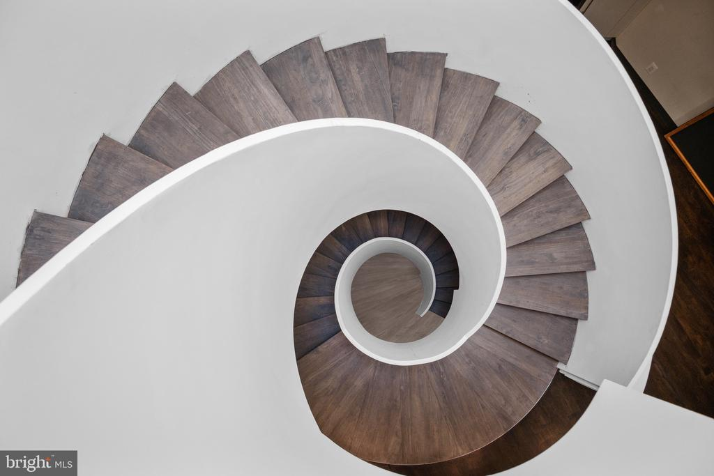 Two stories height Helical Staircase - 1120 GUILFORD CT, MCLEAN