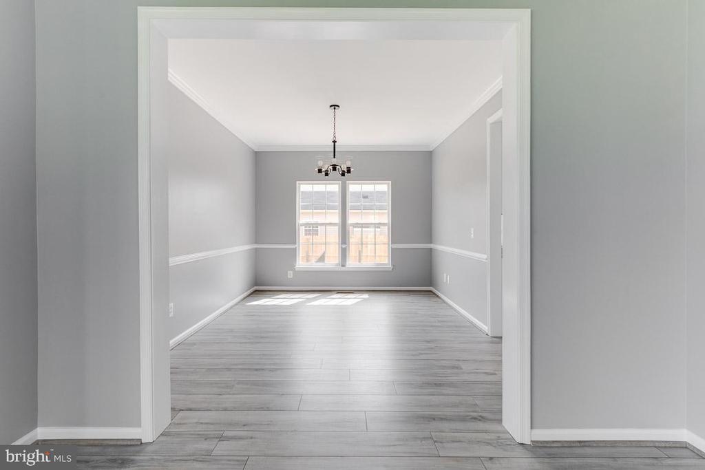 Light filled dining room - 11139 EAGLE CT, BEALETON